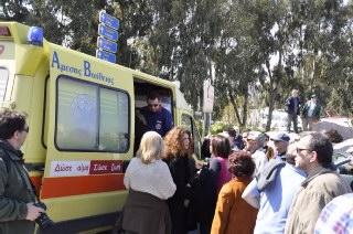 Το ΕΚΑΒ μεταφέρει τους τραυματίες που χτυπήθηκαν από την ασυνείδητη οδηγό